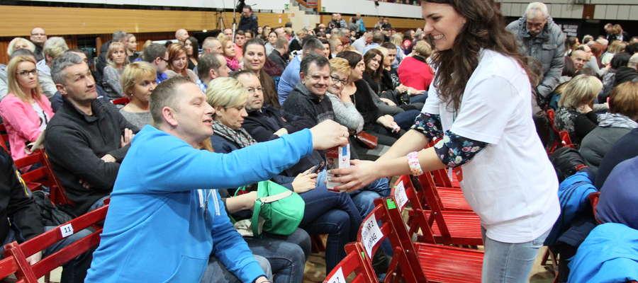 """Fot. Przemysław Getka Podczas koncertu wolontariusze Fundacji """"Przyszłość dla Dzieci"""" zebrali ponad 1300 zł"""