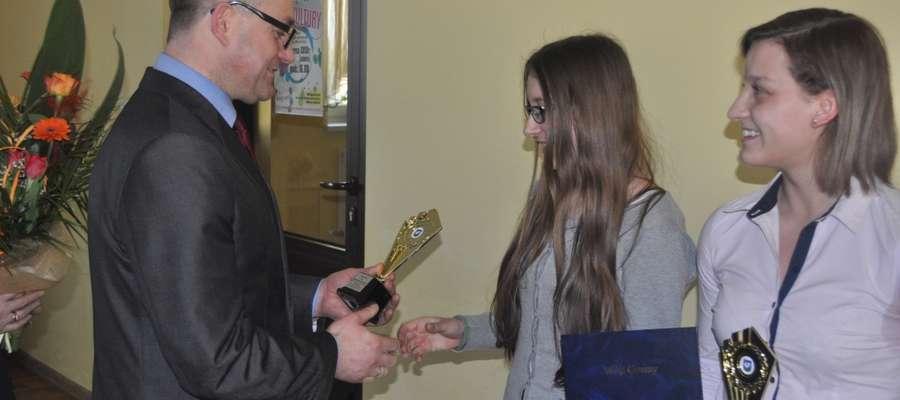 Wójt Wojciech Dereszewski wręczył dziewczętom statuetki