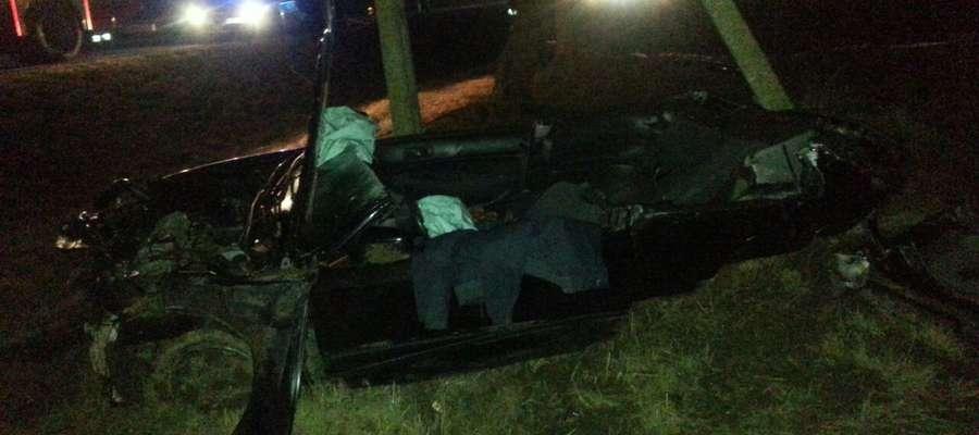 Pasażerowie podróżujący na tylnym siedzeniu, zostali uwięzieni we wraku auta. By ich wydobyć, strażacy musieli użyć sprzętu hydraulicznego.