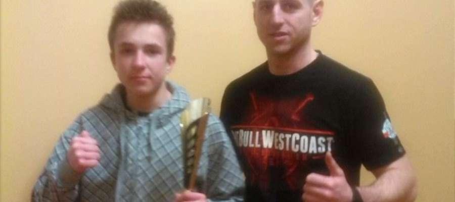 Wojciech Bałdyga (z lewej) zwycięzcą Gołdap Fight Night. Na zdjęciu z trenerem Tomaszem Kalinowskim