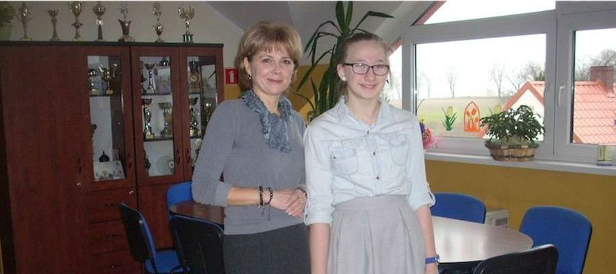 Kinga Staszyńska —laureatka konkursu i Maria Przeradzka, nauczycielka matematyki