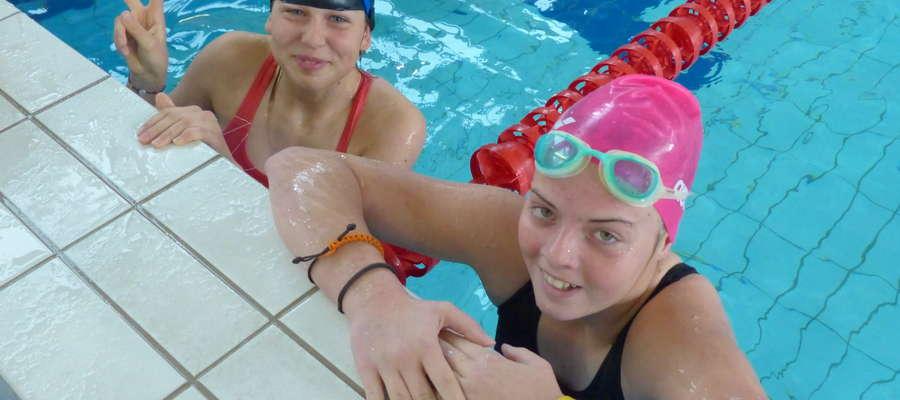 Hania Dzik i Wiktoria Gołębiowska - iławskie żeglarki startują też w zawodach pływackich