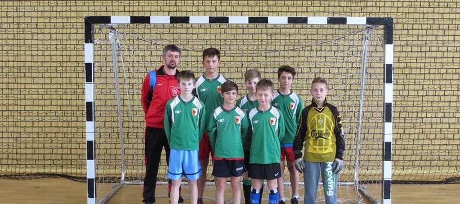 Reprezentacja gminy Mikołajki wygrała halowy turniej piłki nożnej w Orzyszu