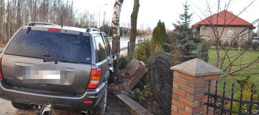 Jeepem wjechał w ogrodzenie, pasażer trafił do szpitala