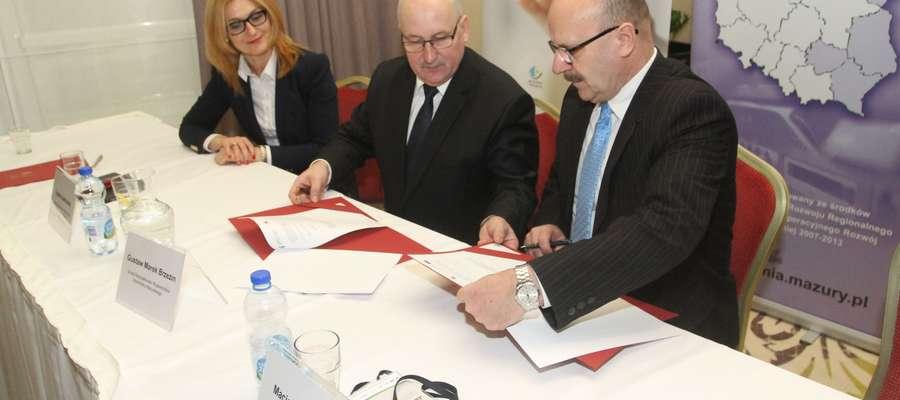 Sylwia Jaskulska, członek zarządu województwa, marszałek Gustaw Marek Brzezin i Józef Maciejewski, wójt gminy Sorkwity
