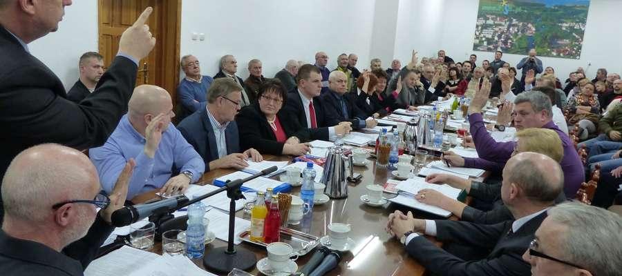 VI sesja Rady Miejskiej w Piszu. Radni wybrali komisję rewizyjną