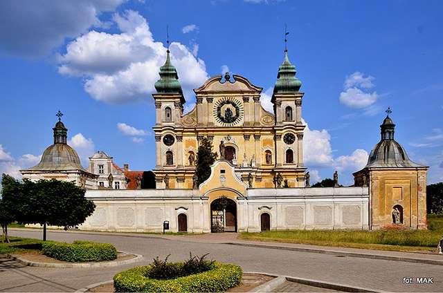 Krosno: kościół odpustowy p.w. Nawiedzenia N.P. Maryi i św. Józefa - full image