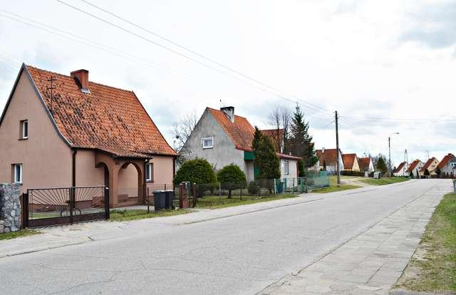 Na ulicy osiedle Robotnicze bruk zastąpiono asfaltem, a każdy mieszkaniec domków jednorodzinnych odnowił swoje posesje.