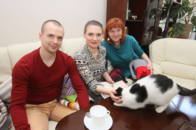 Kawa i ciastko w towarzystwie kota to obopólna korzyść - full image