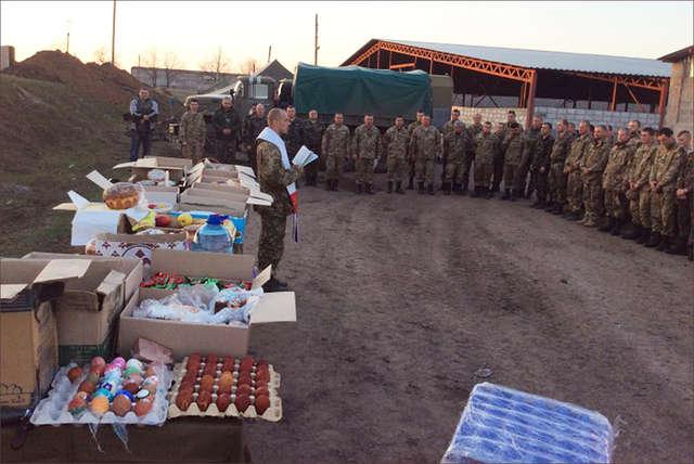 8 tysięcy pisanek i 1500 babek wielkanocnych przekazali katolicy Żytomierza żołnierzom broniącym Ukrainę przed Rosją - full image