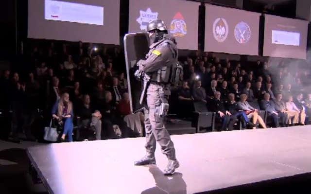 Mundurowi na wybiegu. Pokaz mody dla policji, strażaków i strażników granicznych - full image
