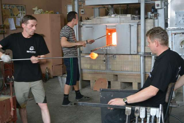 Huta szkła artystycznego w Olsztynku. Taras Krynicki pierwszy z prawej (siedzi) - full image