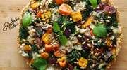 Ziołowa tarta pełnoziarnista z jarmużem i kolorowymi warzywami
