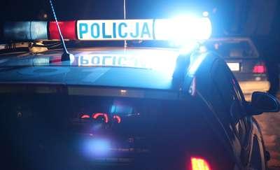 Policjanci chcieli pomóc zepchnąć zepsute auto. Okazało się, że samochód pcha pijany 25-latek, a siedzi w nim... pijana 50-latka