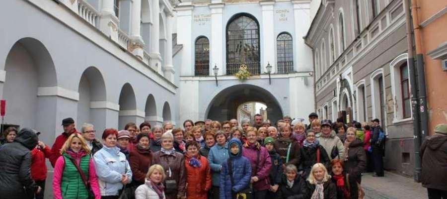Uczestnicy wycieczki na tle Ostrej Bramy
