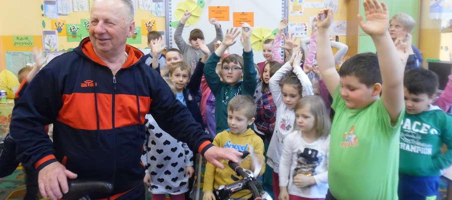 Uczniowie szkoły w Krawczykach spotkali się z pasjonatem kolarstwa Wiesławem Kaczerskim.