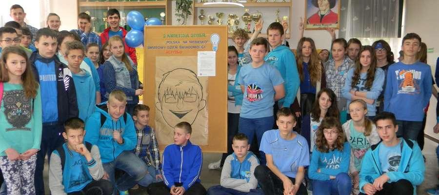 Uczniowie gimnazjum w Kinkajmach ubrali się na niebiesko, bo poznawali problemy ich kolegów z autyzmem i zespołem Aspergera.