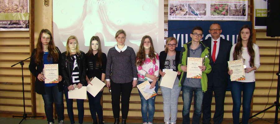 Laureaci konkursu plastycznego i multimedialnego z starostą Jerzym Rzymowskim