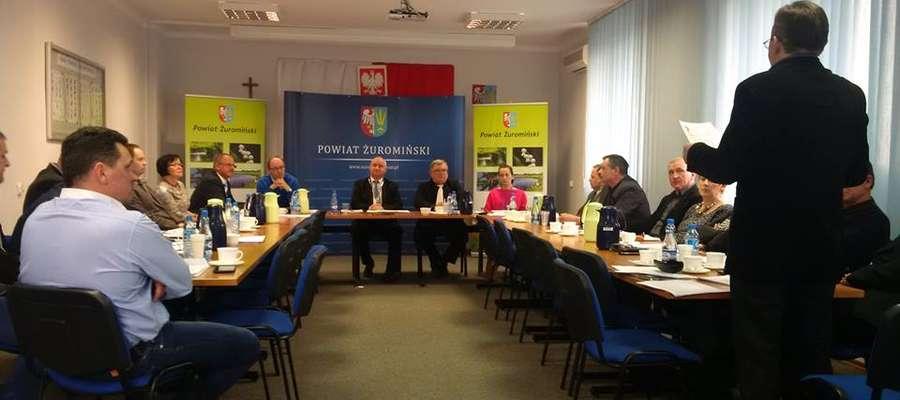 Początek sesji w Starostwie Powiatowym. Nagrywa Sławomir Topolewski