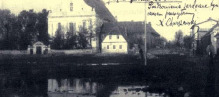 Kartka przedstawia żuromiński kościół na przełomie XIX i XX wieku. Jest ona własnoręcznie podpisana przez Księdza Ignacego Charszewskiego