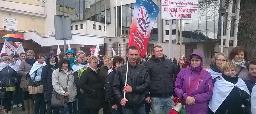 Nauczyciele z powiatu żuromińskiego podczas warszawskiego protestu