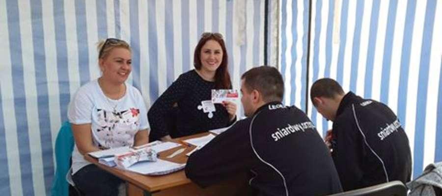 Wolontariusze również odwiedzili Stadion Miejski w Orzyszu. Podczas meczu można było wziąć udział w Dniu Dawcy Szpiku.