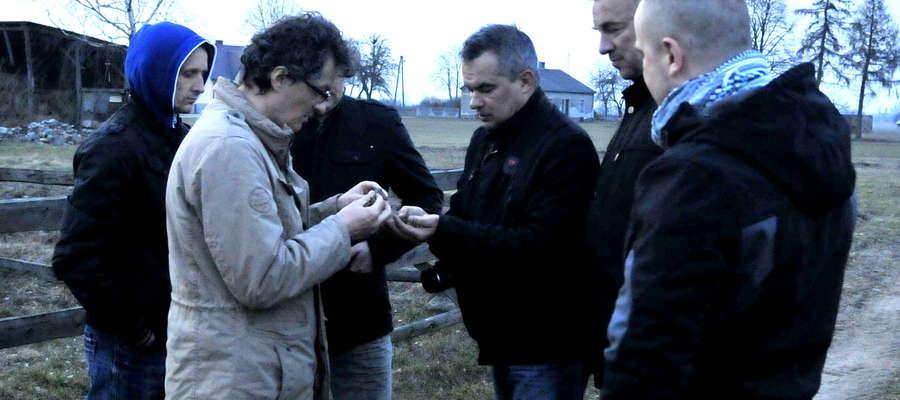 Członkowie Żuromińskiej Grupy Historycznej z Andrzejem Szelą tuż po historycznym odkryciu