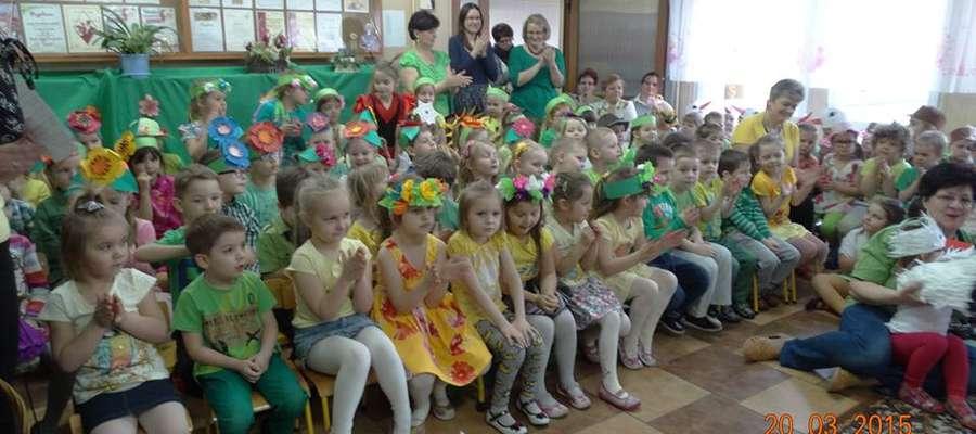 W pierwszy dzień wiosny w przedszkolu było bardzo kolorowo fot. SP nr 2 Żuromin