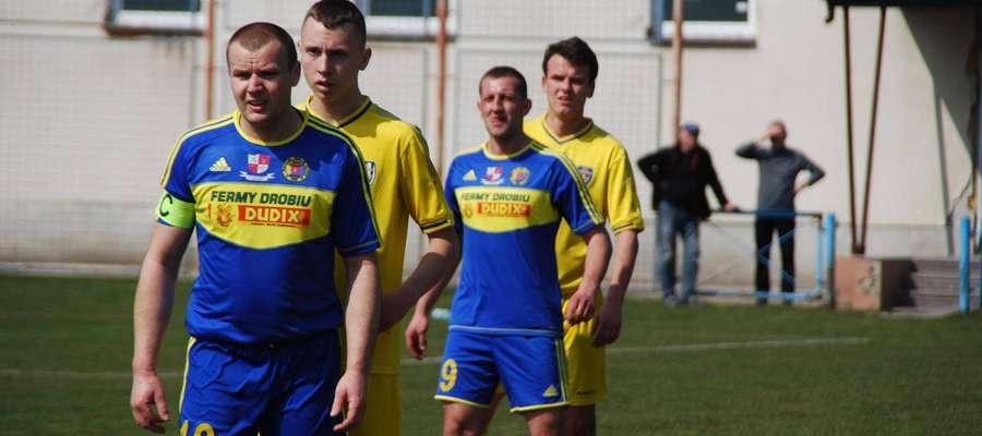 Paweł Baca (na pierwszym planie) strzelił dla Wkry 2 bramki, Dariusz Petrykowski (na drugim planie) w efektowny sposób wywalczył karnego
