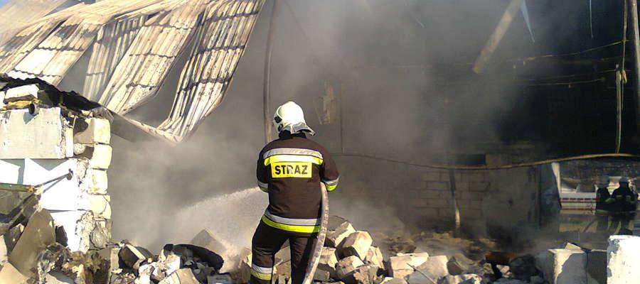 W chwili przybycia zastępów straży płomienie obejmowały ok. 3/4 długości budynku
