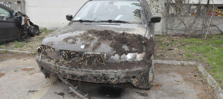 BMW znalazł się w przydrożnym rowie