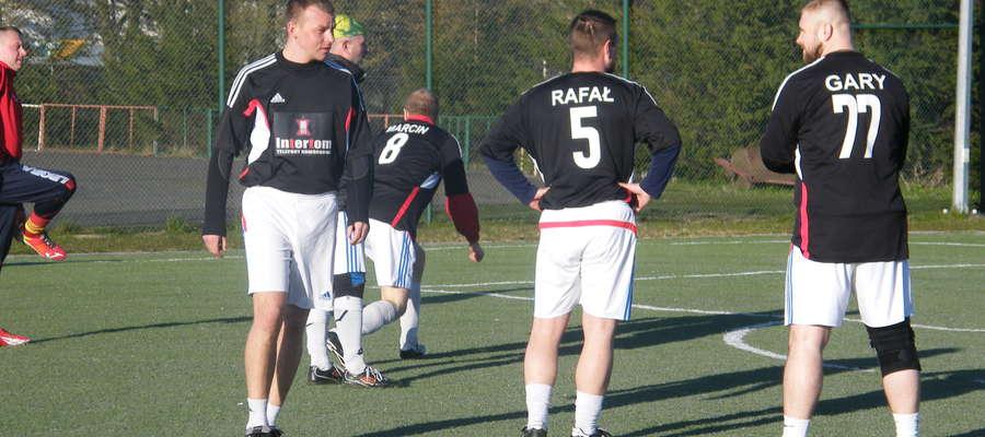 zdj. Tomasz Lubnau ( pierwszy z lewej)-autor drugiego gola dla Intertomu