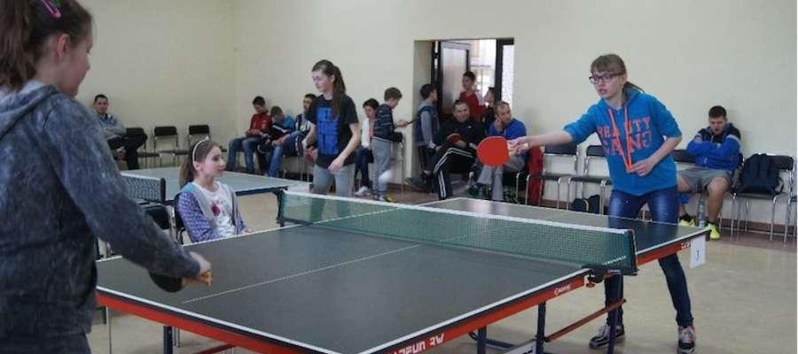Przy tenisowych stołach stanęło 55 osób
