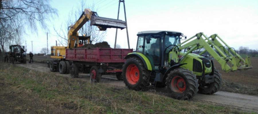 Rolnicy pomogli w remoncie powiatowej drogi gruntowej między Troszkowem a Księżnem.