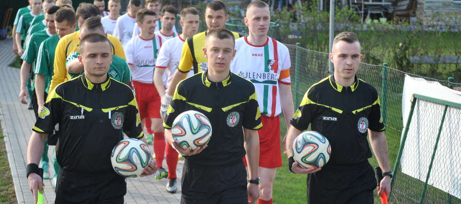 - Bolączką tego spotkania było wyznaczenie bardzo młodych sędziów, mało doświadczonych, którzy wyraźnie nie radzili sobie na boisku - ocenia Marek Witkowski, trener GKS-u