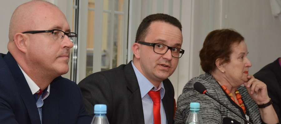 Radny Tomasz Dziokan (w środku) na sesji Rady Powiatu w Olwecku