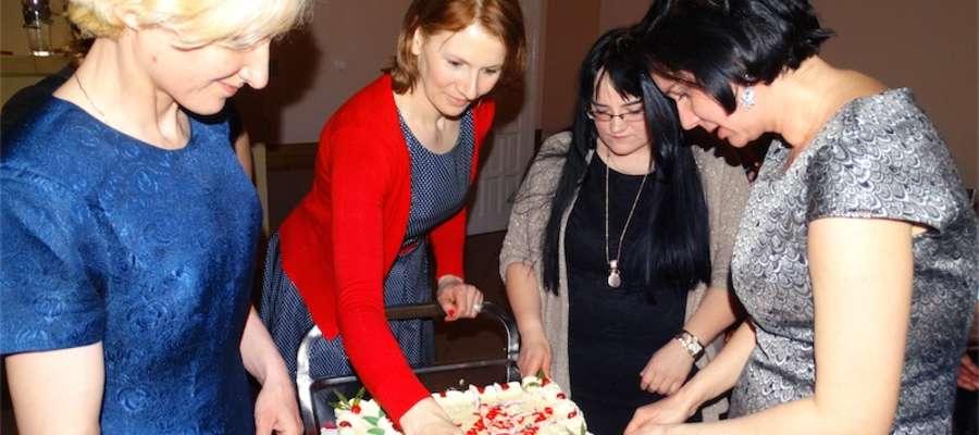 Na spotkaniu w Nielbarku nie zabrakło urodzinowego tortu