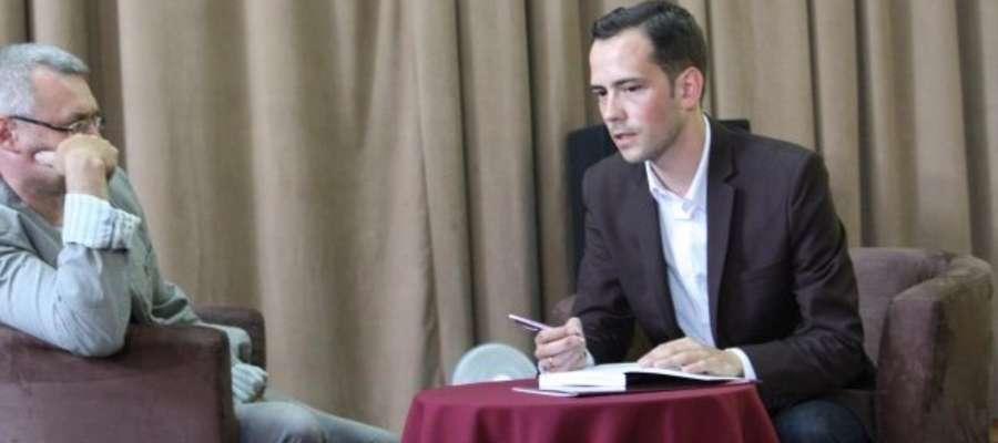 """Michał Młotek (z prawej) podczas spotkania autorskiego poświęconego książce pt. """"Tajemnice pogranicza"""""""