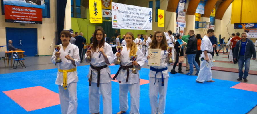Adrianna Mrówka (druga z lewej) i Karolina Daszkiewicz (obok), w otoczeniu zawodników BKKK, podczas niedawnych mistrzostw makroregionu. Stamtąd wróciły z medalami, tego samego życzymy im teraz