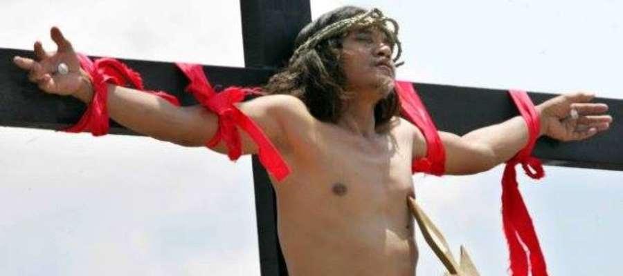 Na Filipinach ochotnicy przybijani są do krzyża