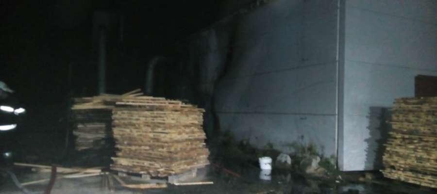 Obok hali produkcyjnej zapaliły się drewniane palety