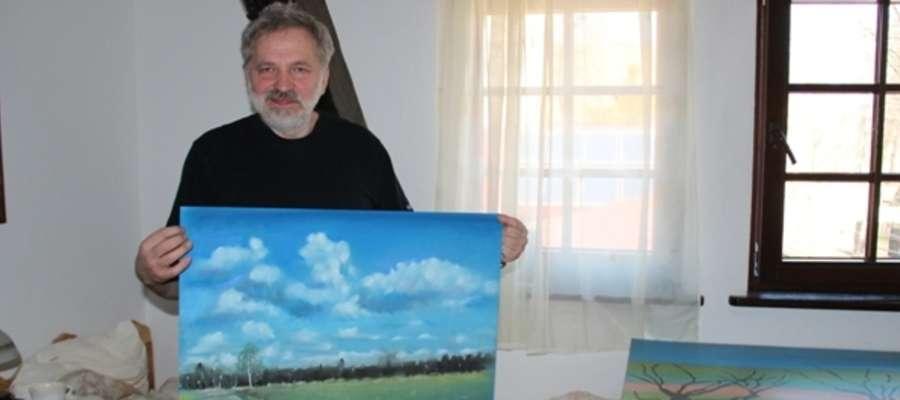 Andrzej Siewierski z jedną ze swoich prac powstałą w Rydzewie