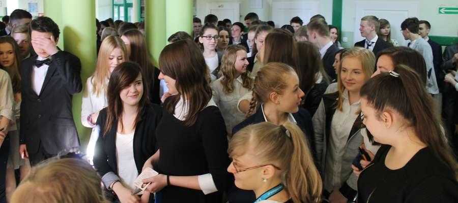 Gimnazjaliści z Lubawy tuż przed wejściem na egzamin z historii