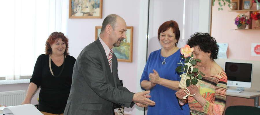Burmistrz Korsz wręczył kwiatka znanej artystce