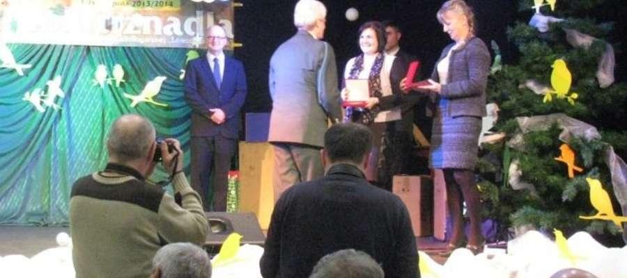 Elżbieta Kapusta ze szkoły w Lipinkach odbiera nagrodę