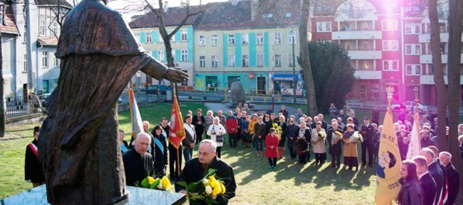 Szkoła nosi imię Jana Pawła II i co roku uczestniczy w uroczystościach związanych z osobą papieża