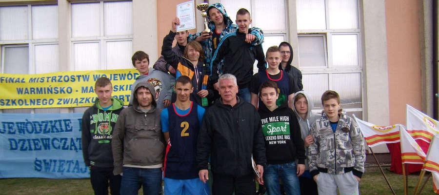 Złota drużyna z gimnazjum w Bisztynku z nauczycielami wf Marcinem patrejko i Zbigniewem Madaneckim.