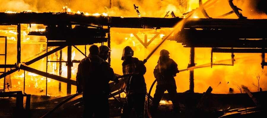 Spłonął tartak w Mikołajkach. Płomienie sięgały kilku metrów
