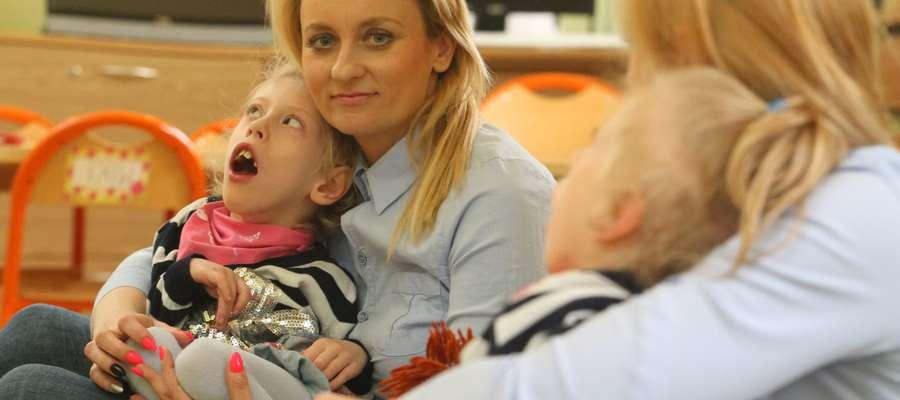 Wiktoria ma 7 lat. Urodziła się z mózgowym porażeniam dziecięcym i zaćmą. Wszczepiono jej sztuczne soczewki.