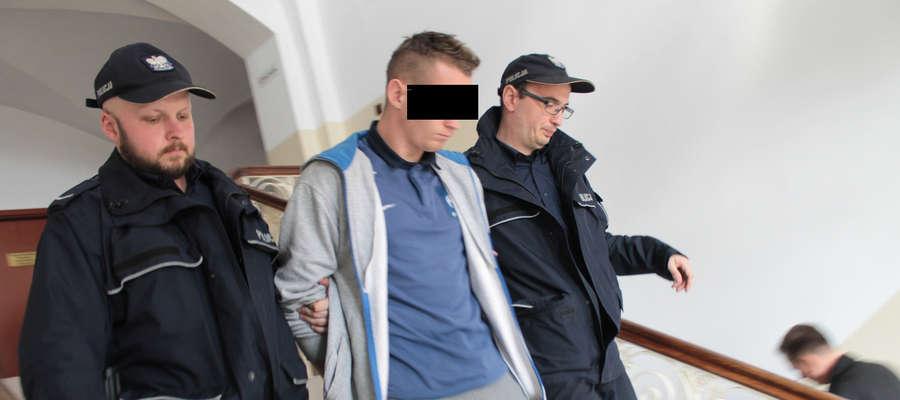 Podejrzany Cezary B. został aresztowany na okres 3 miesięcy. Zdjęcie wykonano po ogłoszeniu postanowienia o tymczasowym aresztowaniu.